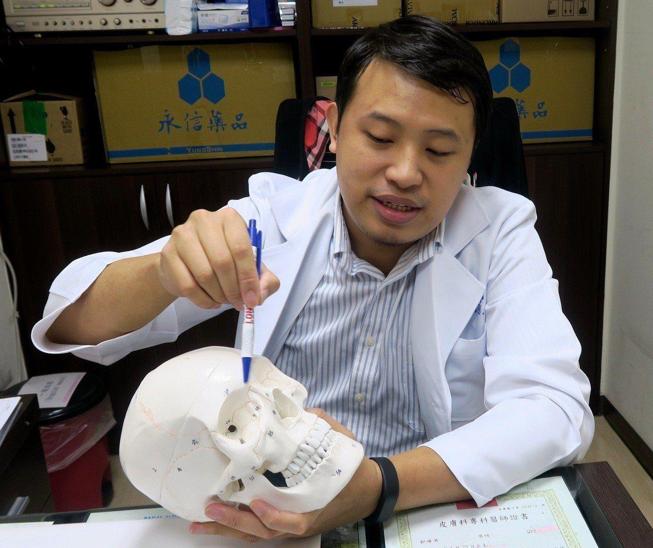 衛福部彰化醫院整形外科醫師呂明川說明患者50多年前,接受植入矽膠鼻植體的隆鼻手術...