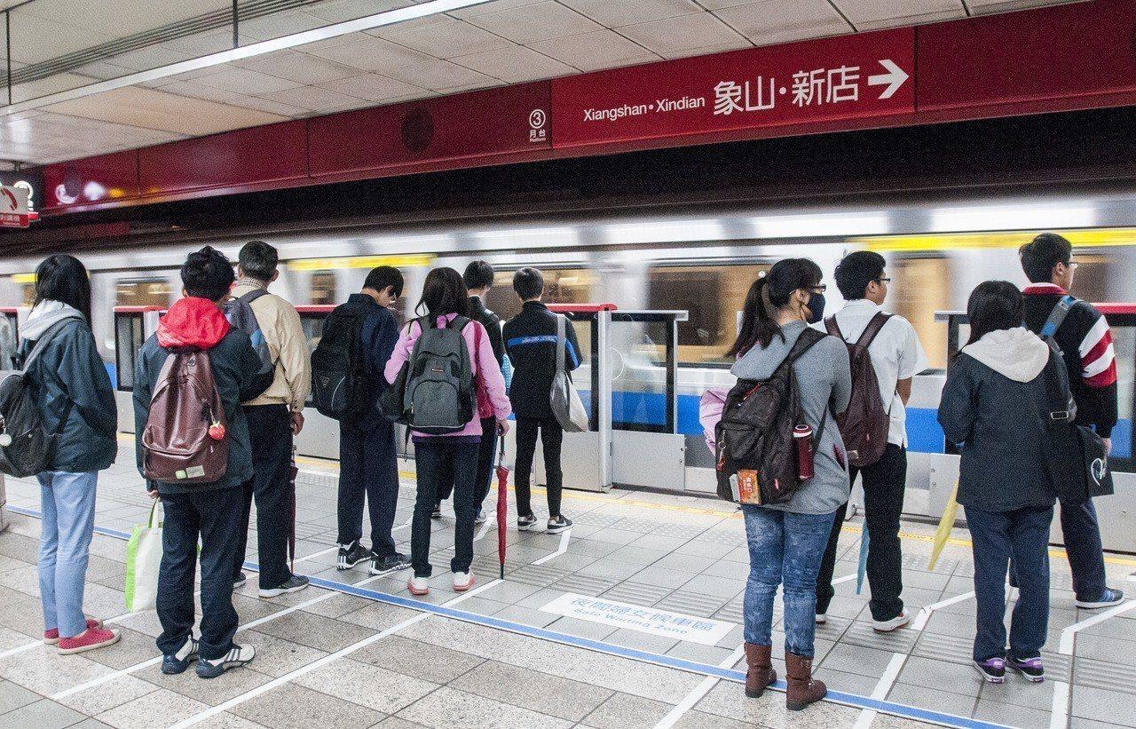 圖為乘客依序排隊進捷運車廂。圖/聯合報系資料照