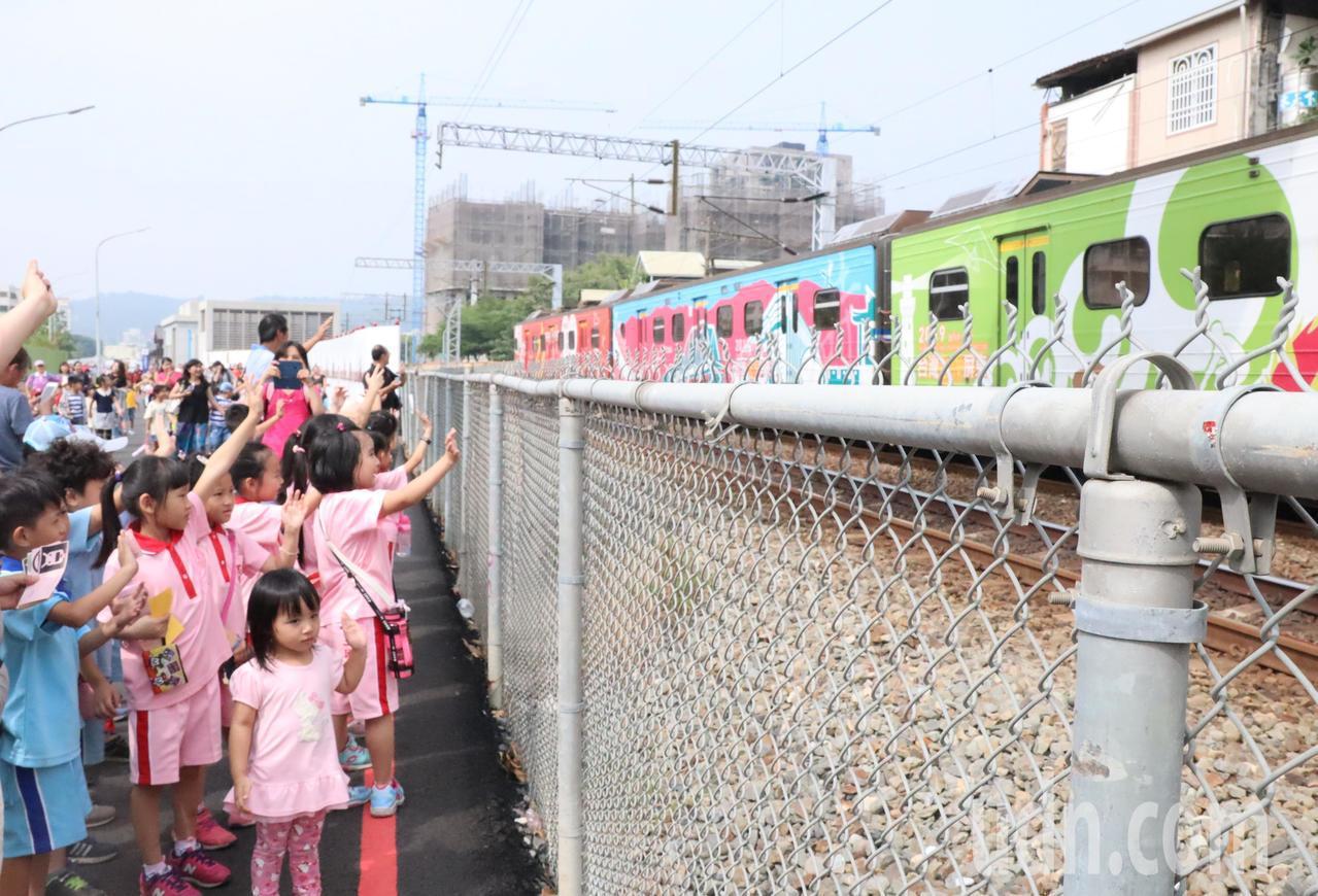 「再見!再見!」三民國小學童揮著小手向駛過的火車告別。記者徐如宜/攝影