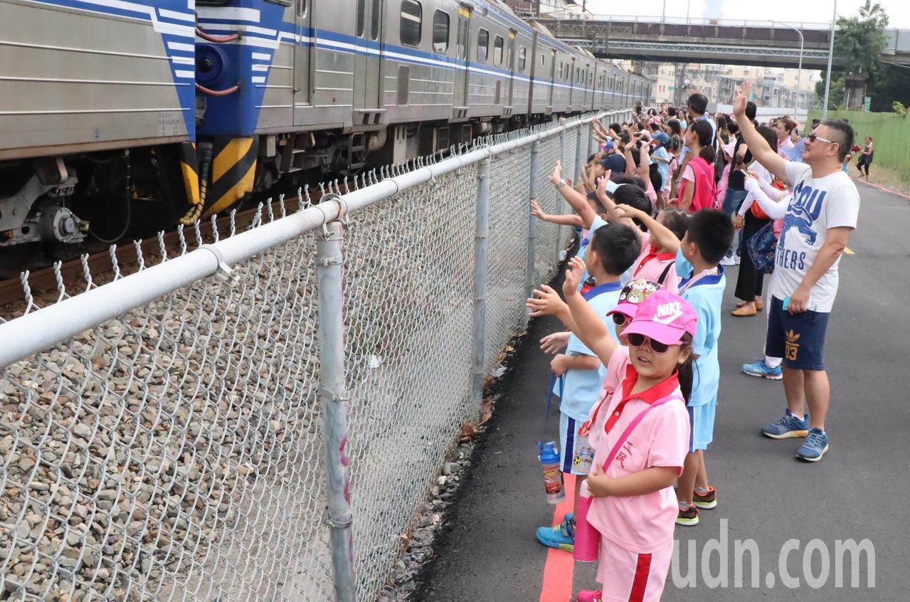 再見!再見!」三民國小學童揮著小手向駛過的火車告別。記者徐如宜/攝影