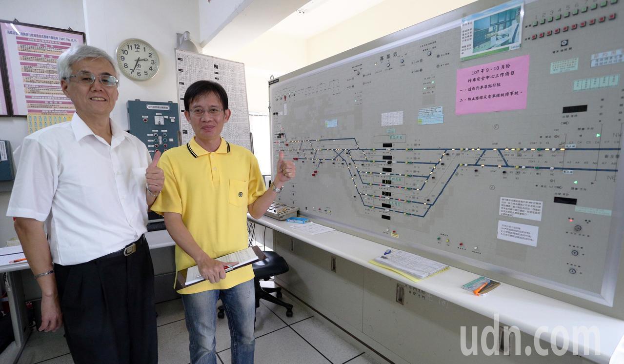台鐵高雄站副站長王泰二(左一)、號誌員林紘亦(左二)操作台鐵運轉室,是整個高雄車...