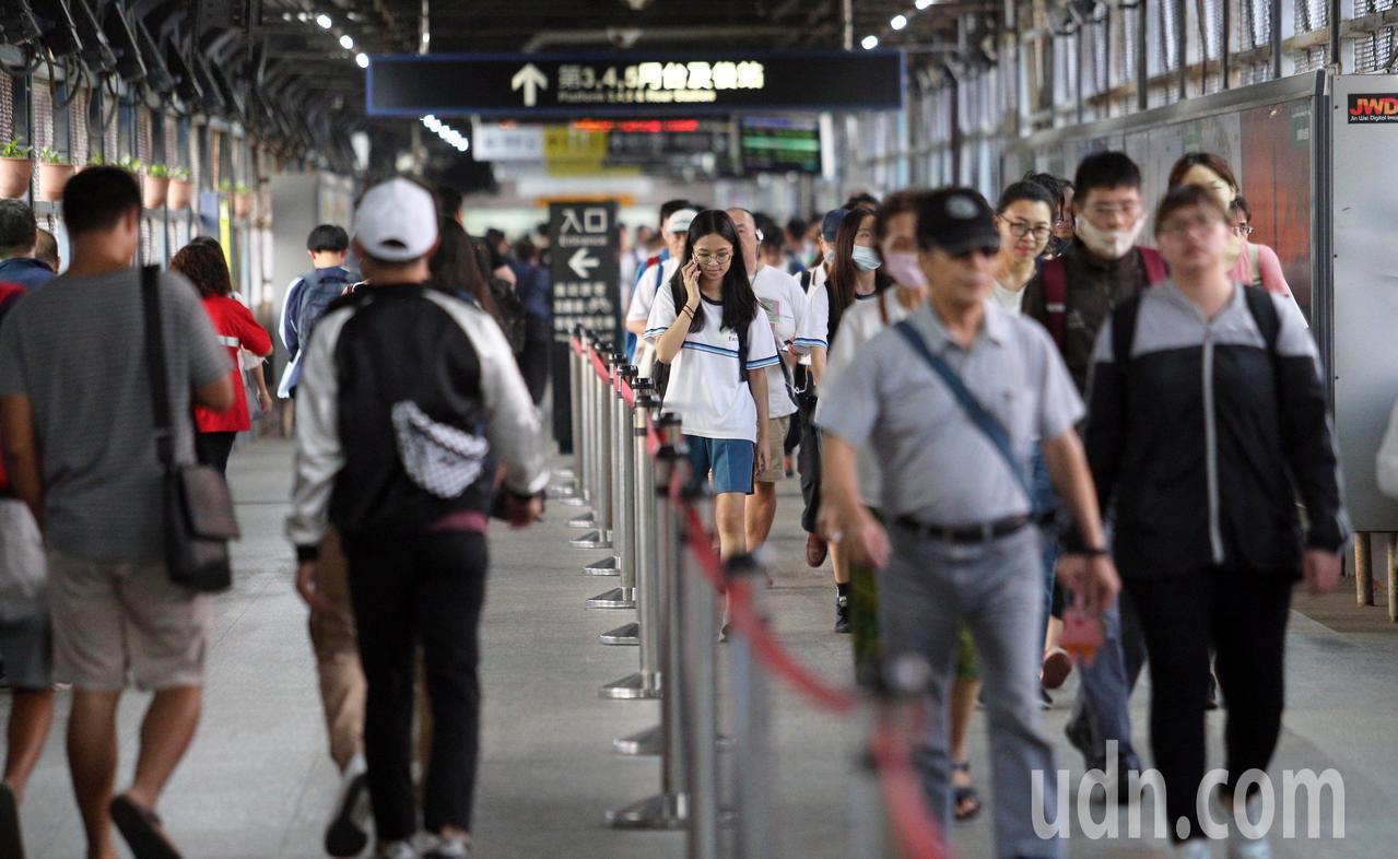隨著高雄鐵路地下化工程完工,目前的高雄車站月台也將轉入地下。記者劉學聖/攝影
