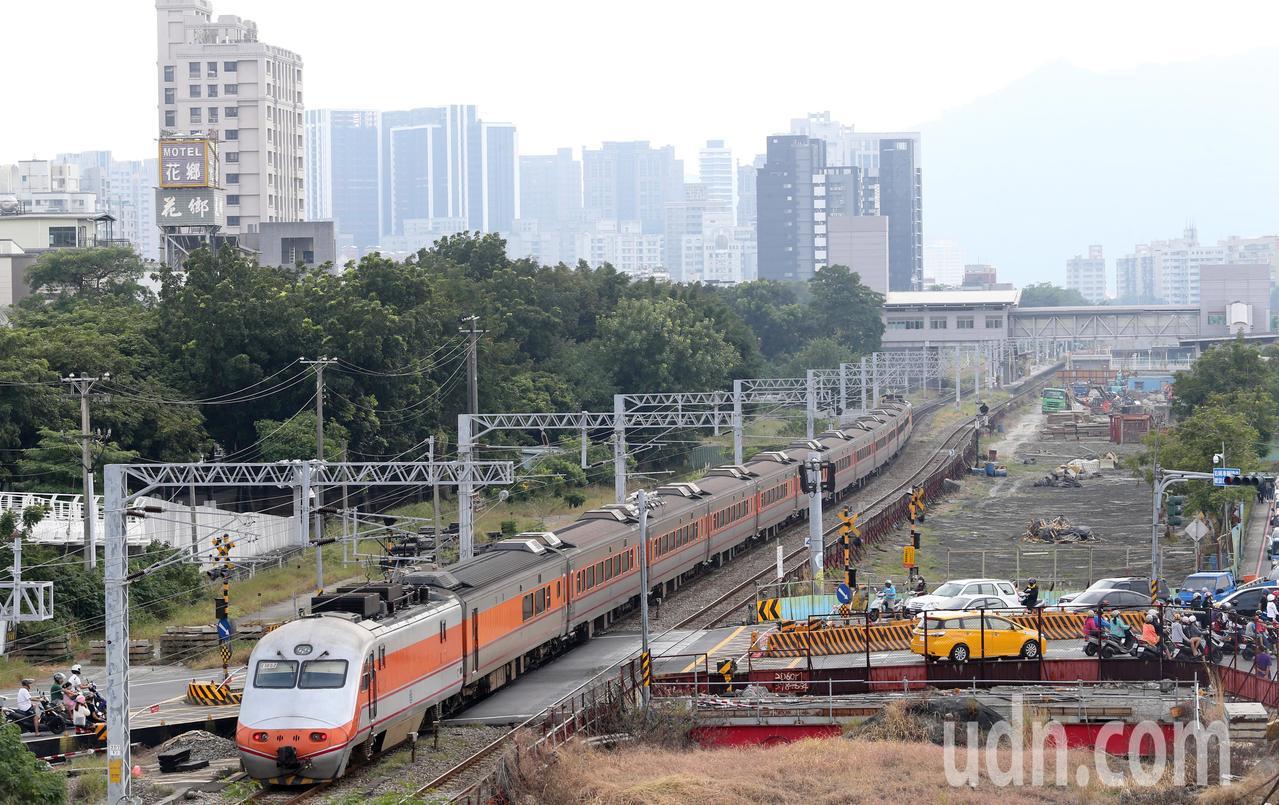 高雄鐵路地下化工程14日凌晨切換軌道轉入地下行駛,穿越高雄市區超過百年的平面縱貫...