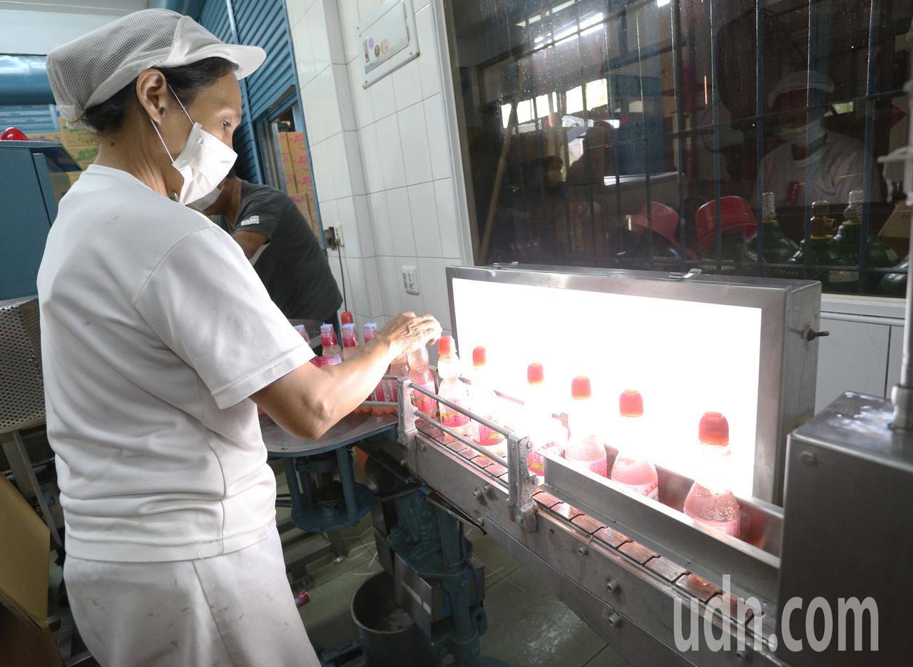 位於中華地下道鐵軌旁的榮泉汽水工廠,從民國50年代開始生產彈珠汽水,是許多人小時...