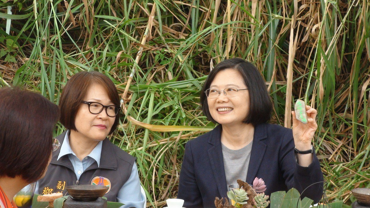 總統蔡英文(右)今天到苗栗縣視察「浪漫台三線」多項規畫案。記者胡蓬生/攝影