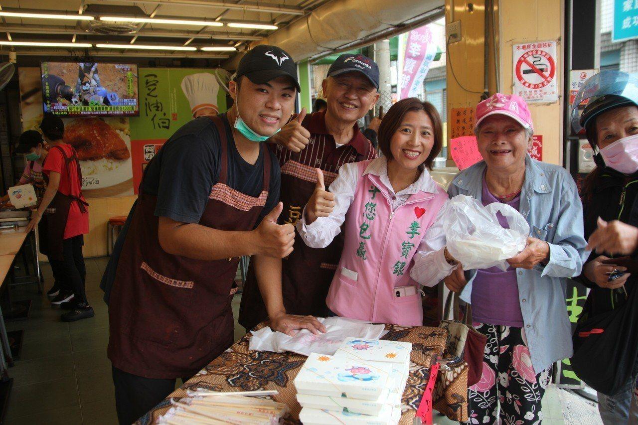 彰化市豆油伯便當店今天免費送300個便當給老人家,70歲老闆陳家平(左二)是銀行...