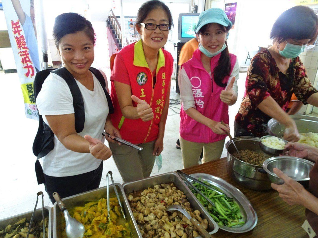 分別參選屏東鎮長、鎮民代表和里長的3名女性參選人張怡(右起)、王羚筠和林璘,今天...