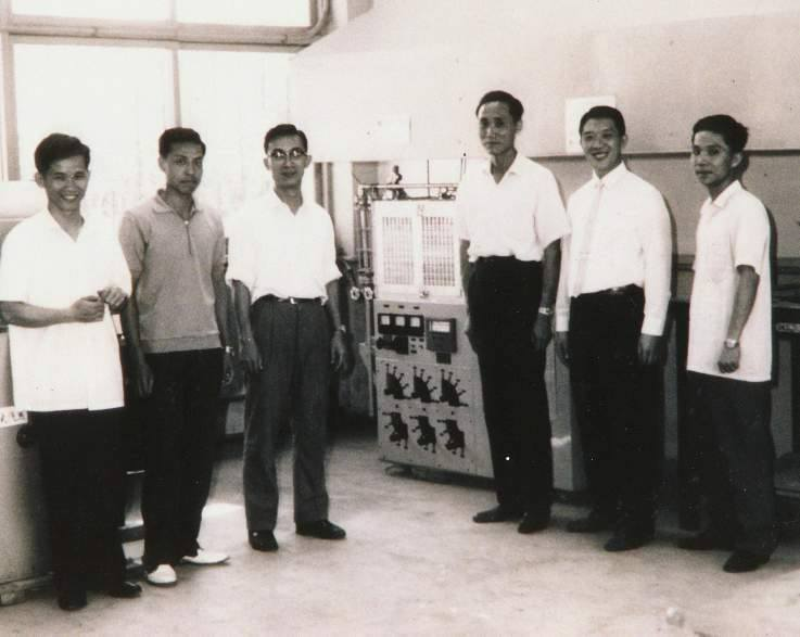1965年我國成功製造第一批雙極性矽平面電晶體研發團隊,張俊彥(左三)為其中一員...