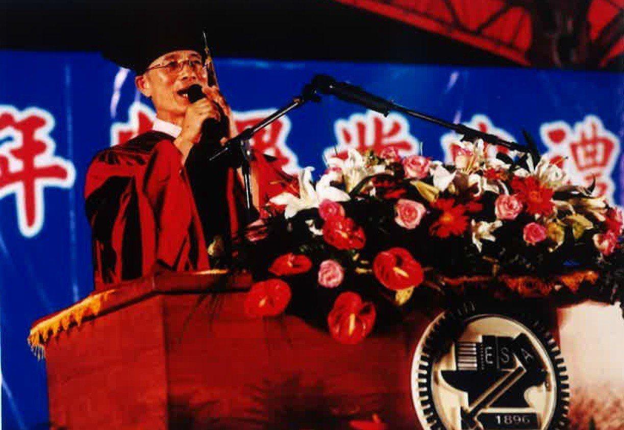 90學年度畢業典禮張俊彥致詞,祝福畢業生。圖/交通大學提供