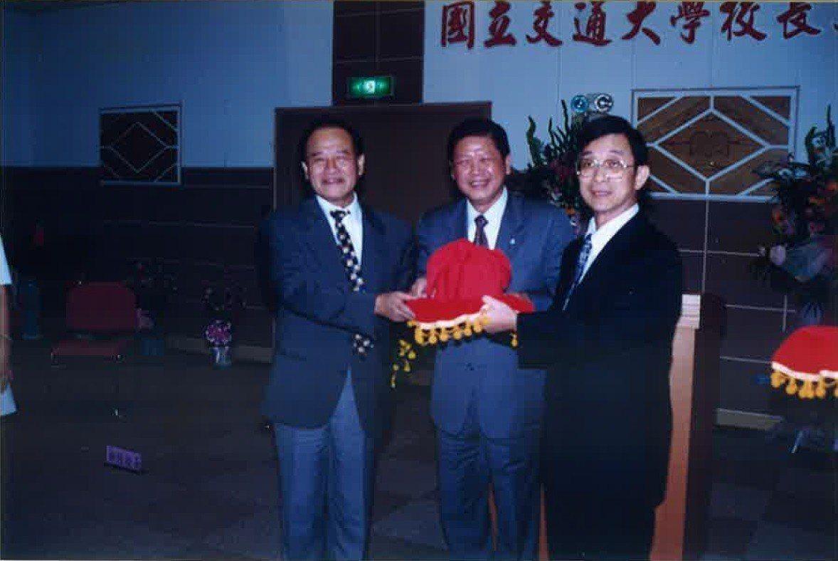 民國87年張俊彥上任交大校長交接典禮。右為張俊彥校長,左為鄧啟福校長。圖/交通大...