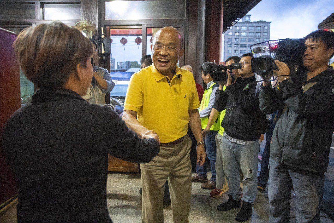 蘇貞昌今晚間在三峽黃昏市場掃街時表示,專業問題專業解決,台灣的能源政策在行政院、...