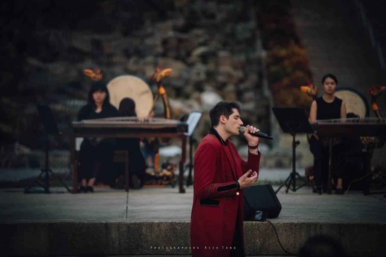 Tall Ulysse以法國抒情搖滾,結合東方古代音樂南華大學雅樂團開辦演唱會。...
