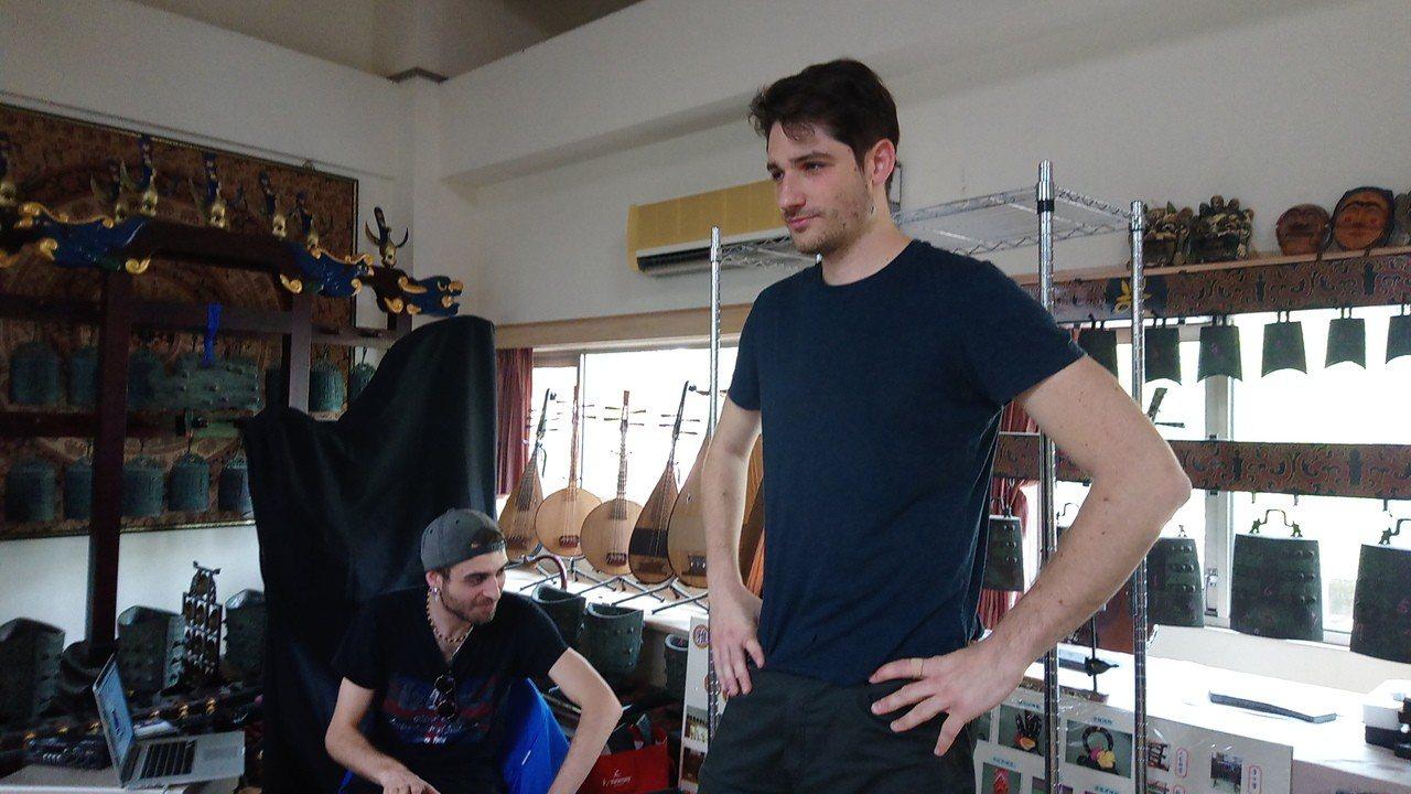 Tall Ulysse(右)認真聽著學生們的合奏。記者謝恩得/攝影