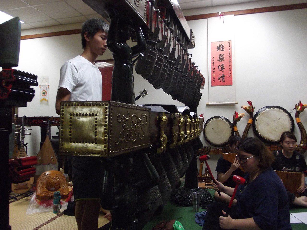 雅樂團學生演奏中國古代宮廷禮樂,搭配西方現代流行樂。記者謝恩得/攝影