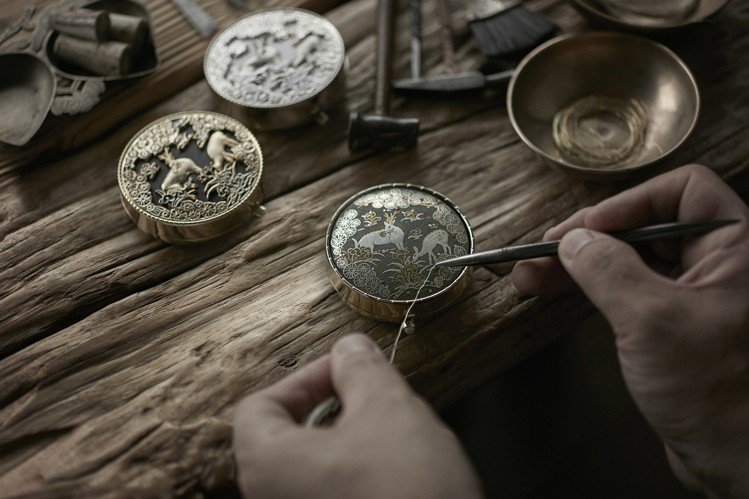 金屬入絲微雕工藝,以0.25毫米的金線、銀線雕繪圖騰。圖/雪花秀提供