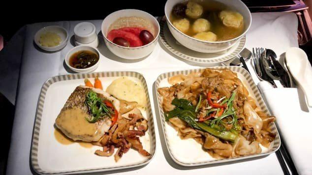 CNN記者奎斯特搭乘新航從新加坡直飛美東的超長途航班,嘗試了上機後第一餐的三樣主菜,分別是香煎獅頭鯛、牛肉河粉和龍蝦餛飩湯,他個人認為牛肉河粉最好吃。Richard Quest/CNN