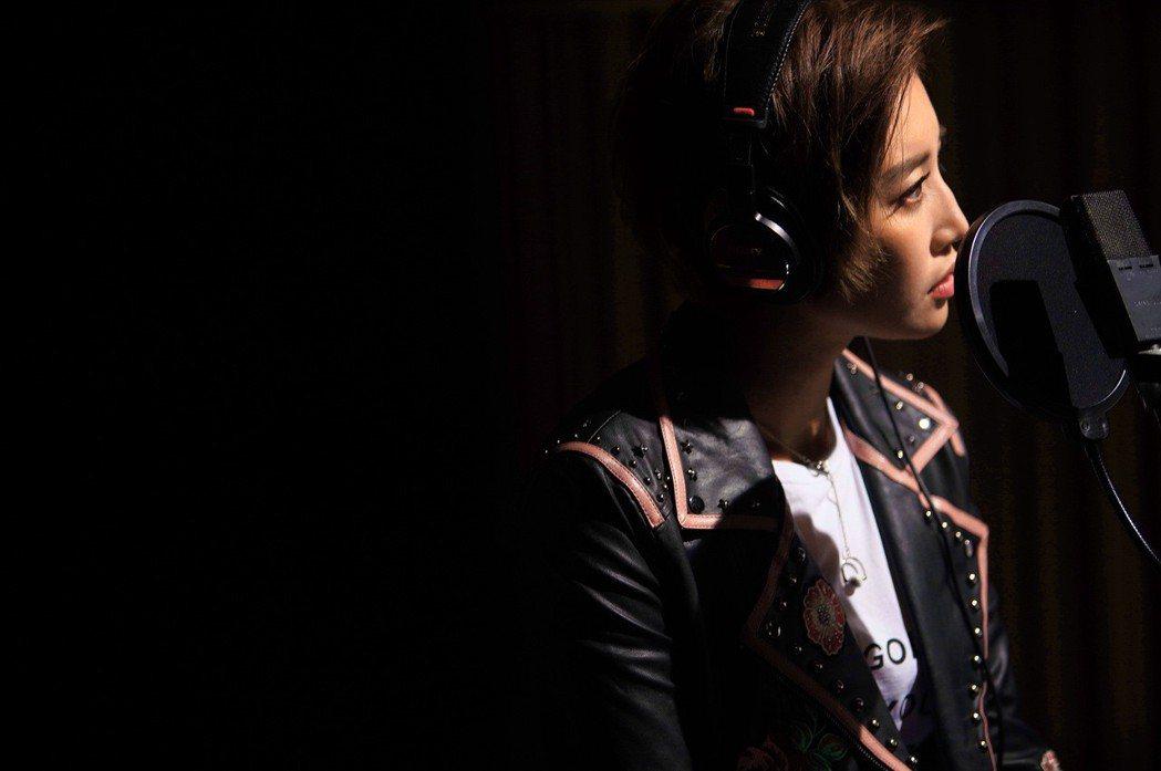 A-Lin不僅獻唱電影「比悲傷更悲傷的故事」主題曲,更在片中客串演出。圖/傳影互...
