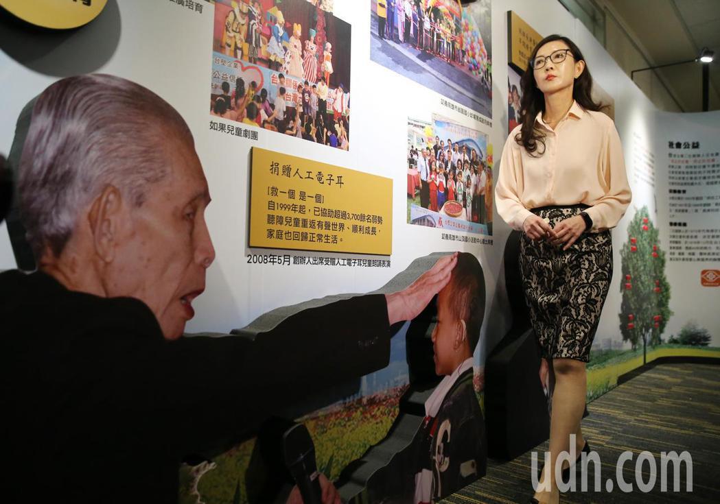 在王永慶、王永在兩位創辦人的老照片前,台塑集團常務委員王瑞瑜(右)介紹草創台塑集...