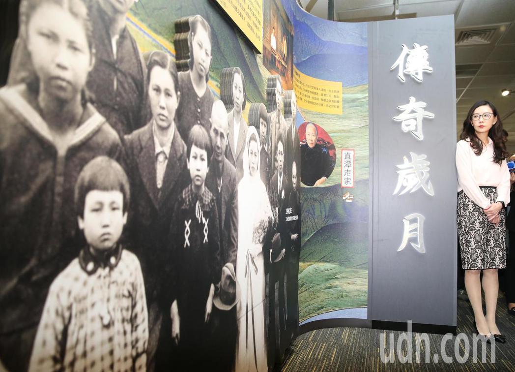 在家族成員的老照片前,台塑集團常務委員王瑞瑜(右)介紹草創台塑集團的歷史過程。記...