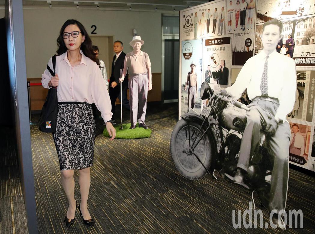 在王永慶、王永在兩位創辦人的老照片前,台塑集團常務委員王瑞瑜(左)介紹草創台塑集...