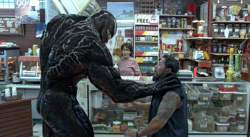 「猛毒」片中雜貨店老闆娘桌上放的就是「世界日報」。圖╱索尼提供