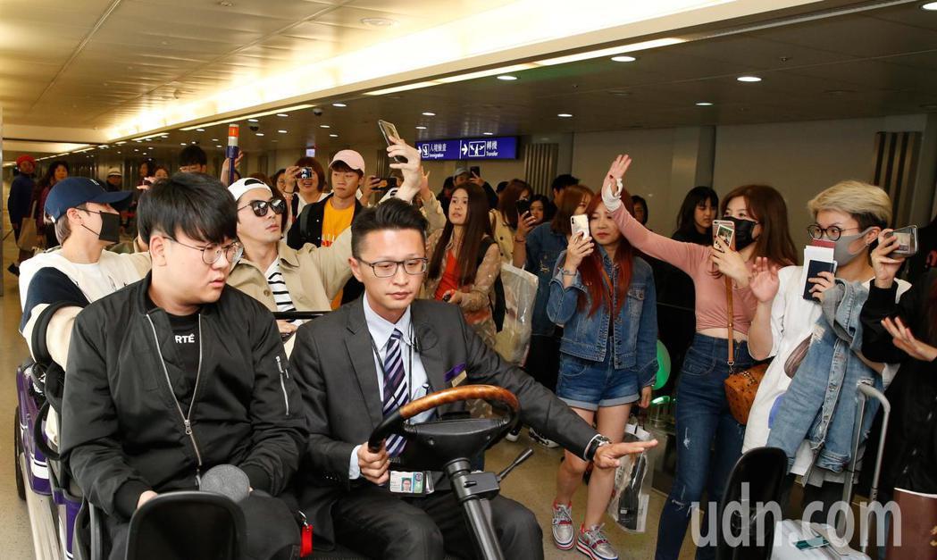 韓團「神話」傍晚抵台,約有近40位粉絲在管制區內迎接。記者鄭超文/攝影