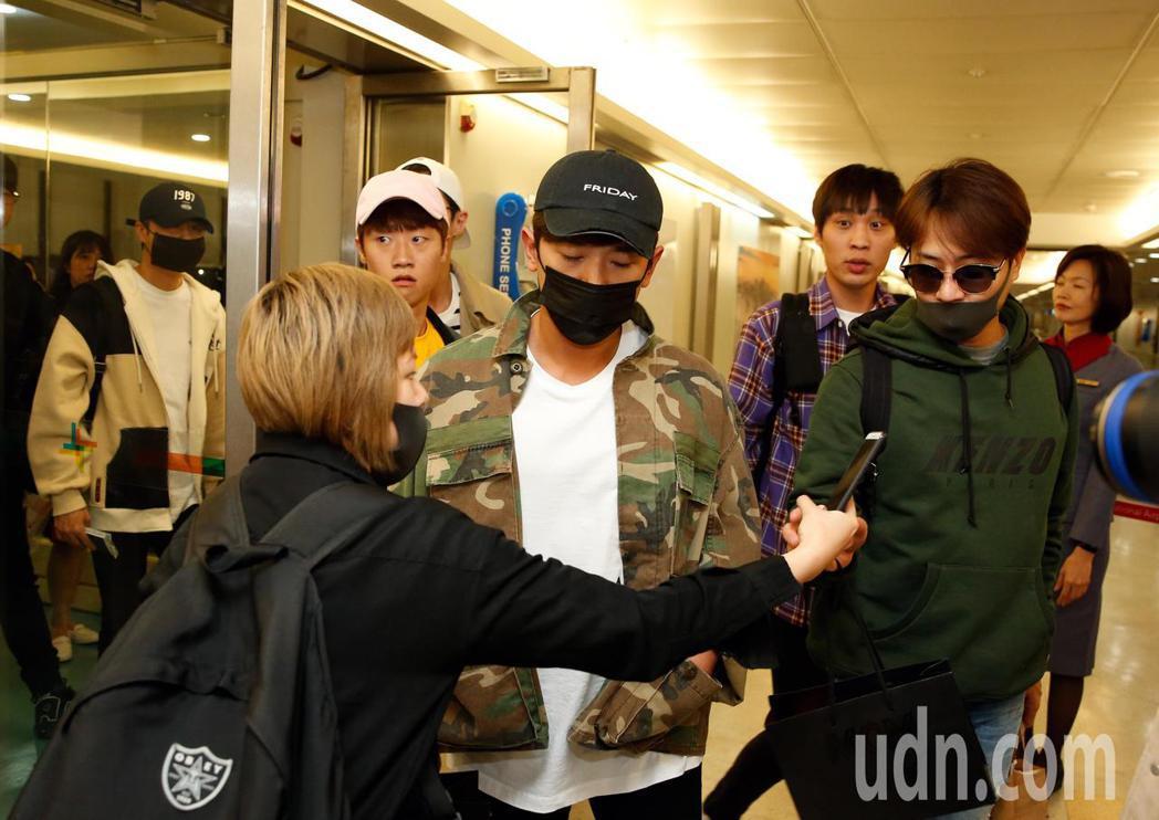 韓團「神話」傍晚抵台,一位粉絲準備了5份禮物給5位成員。記者鄭超文/攝影