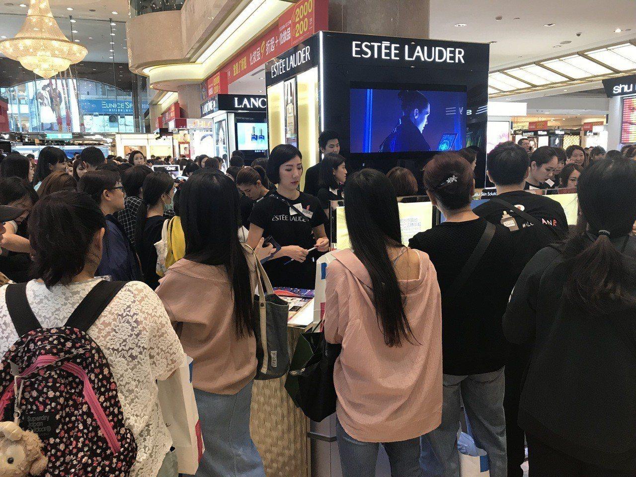 新光三越台北南西店周年慶,業績量體最大的化妝品成長18.9%,是業績貢獻主力。記...