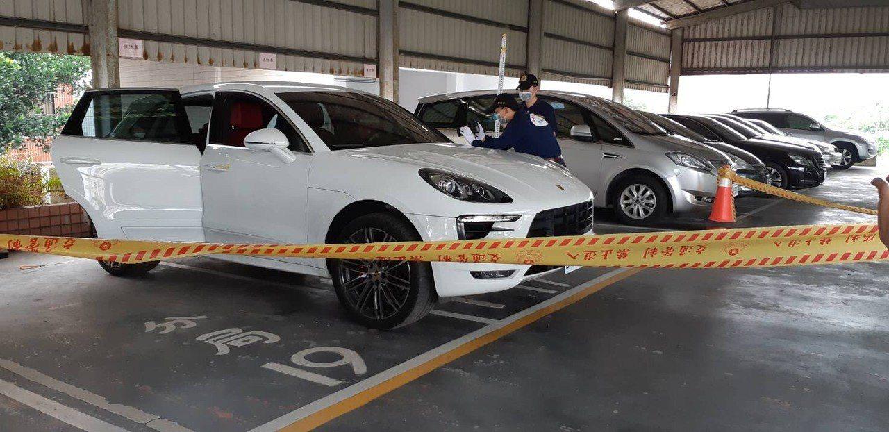東港警方勘驗涉案車輛。記者潘欣中/翻攝