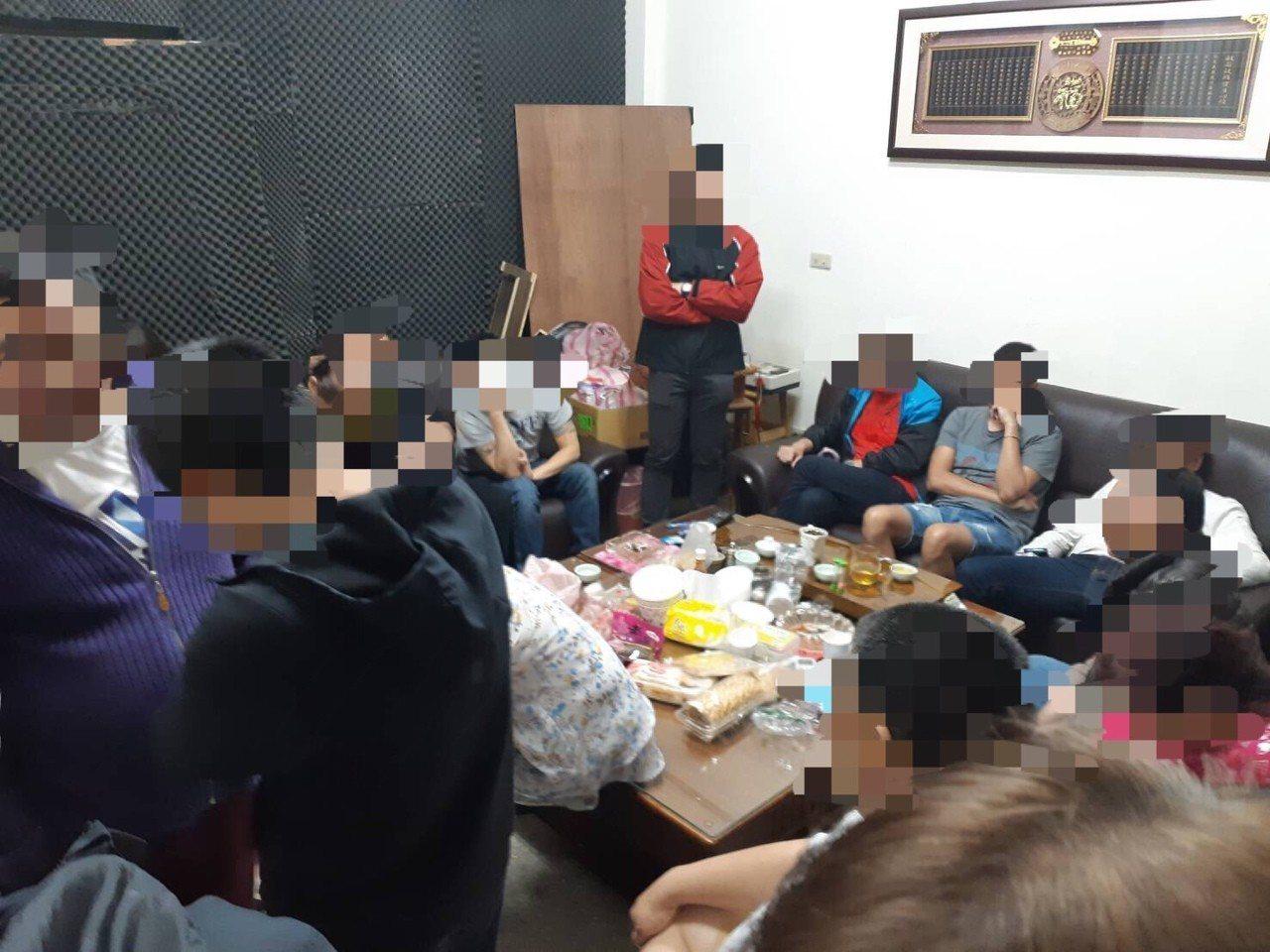 台北市萬華區1處以郭姓主嫌為首的賭場原本遭警方鎖定,日前趁國慶活動前後,警力相對...