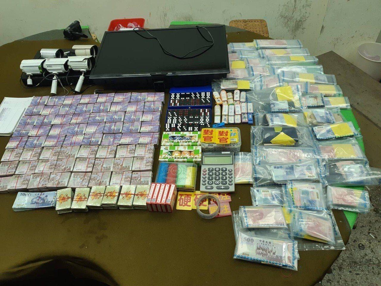 警方查扣抽頭金7萬6000元、現金賭資21萬1599元、籌碼賭資162萬4200...