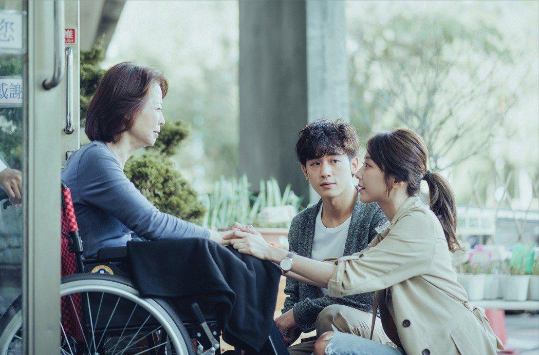 吳思賢(中)與邵雨薇在戲中一起到療養院照顧老人。圖/東森提供