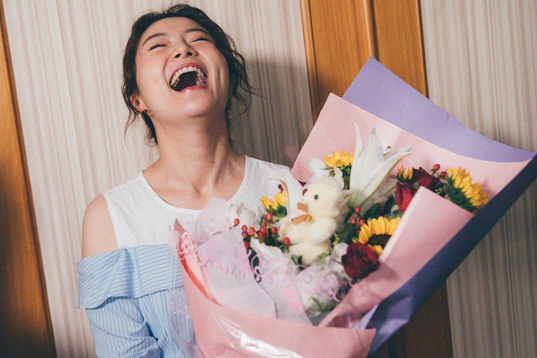 楊小黎金鐘獲獎被獻花。圖/東森提供