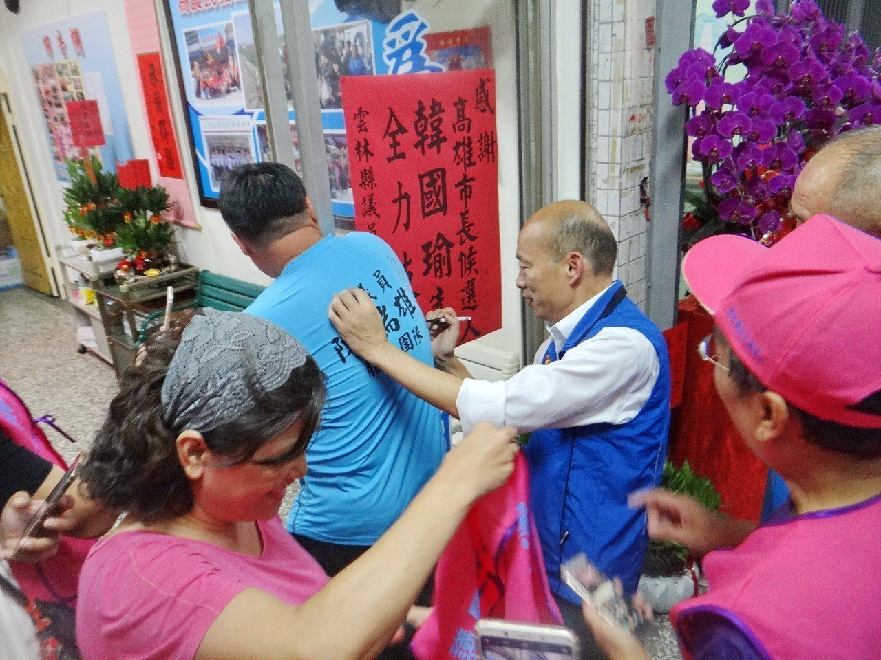 韓國瑜回雲林超人氣,民眾爭相簽名合照。記者蔡維斌/攝影