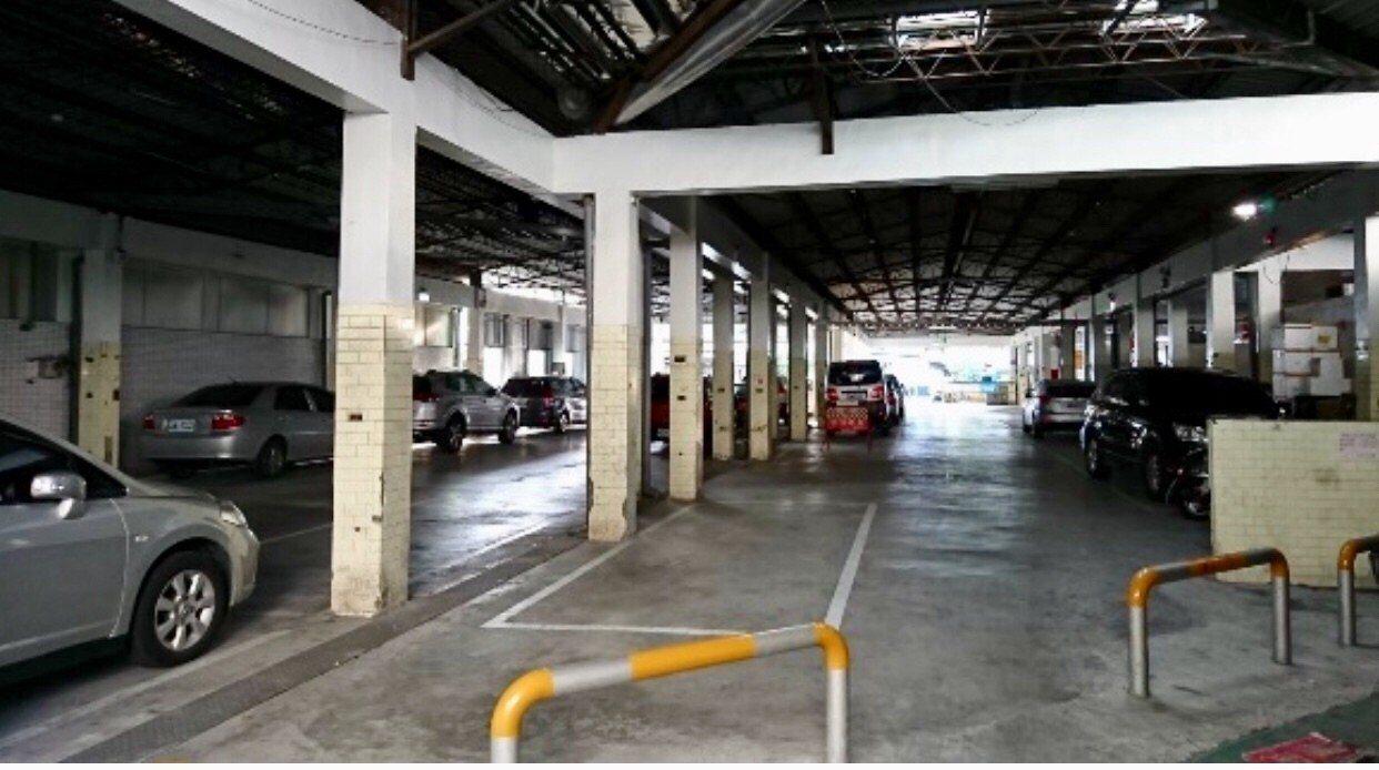 台南市東門圓環附近的復興公有市場,大半做為停車場。圖/許忠信服務處提供