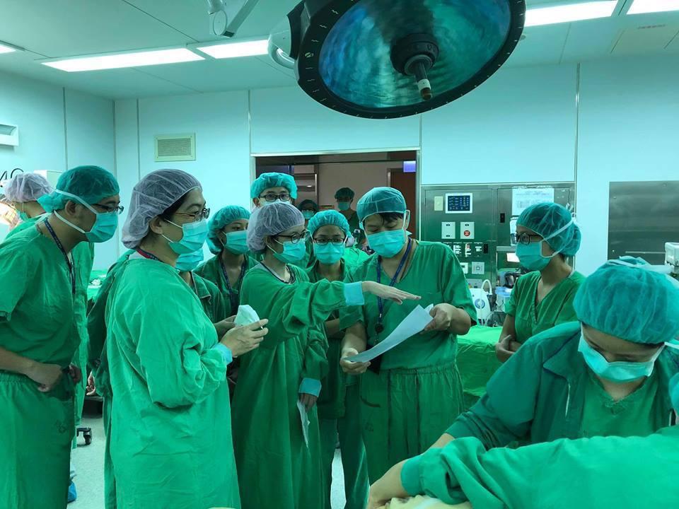 開刀房擠滿醫護人員,都是為了搶救一個新生兒。圖/取自施景中臉書