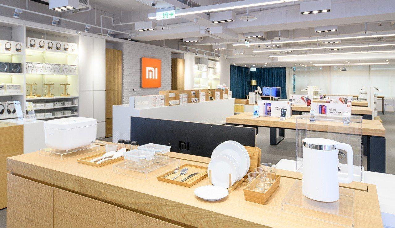 小米之家台北行天宮店採用全新形象3.0品牌陳列與設計風格。圖/小米提供