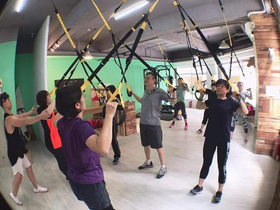 鼓勵病患多運動外,醫護人員更要從自身做起,桃園市光文診所近日聘請專業健身教練,帶...
