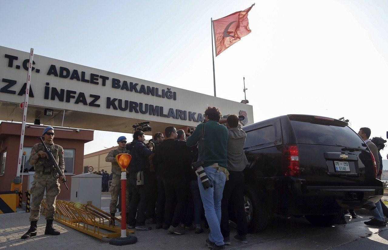 媒體12日蜂擁至據信載著布朗森的車至土耳其第三大城伊茲密爾法院門口。(美聯社)