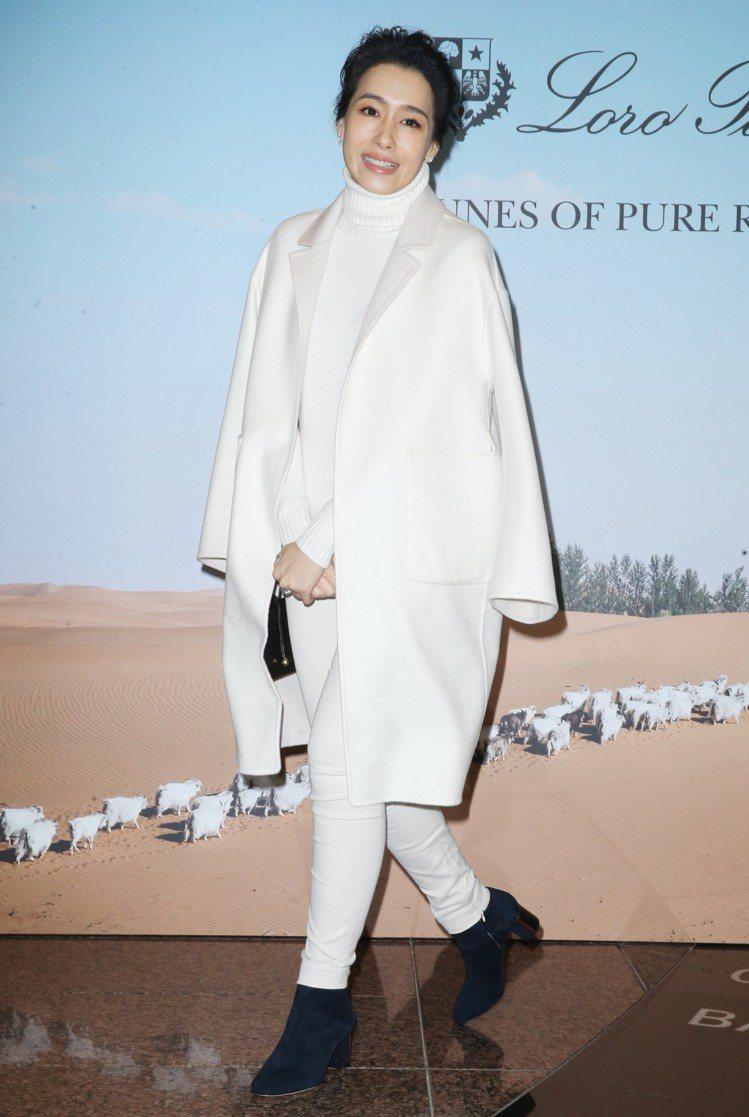 陳妍嵐演繹外套19萬6,300元、高領針織毛衣33,500元、褲子26,600元...