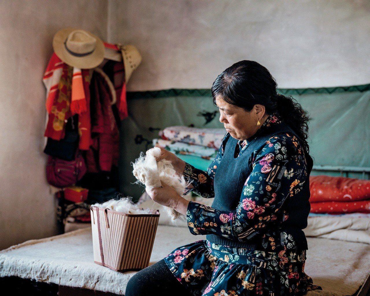 Loro Piana與內蒙古阿拉善山區牧民合作,將每年採得的2,000公斤頂級羊...