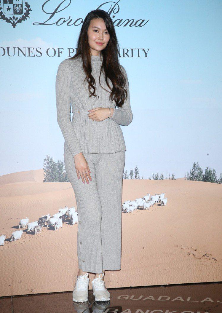 董若彤表示身上的服裝舒適保暖、很適合搭飛機穿,毛衣54,400元、褲子60,90...