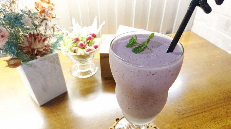 蔓越莓果汁牛奶。 記者祁容玉/攝影
