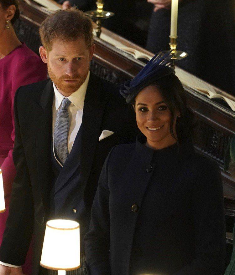 梅根穿紀梵希套裝、配戴Noel Steward帽飾出席尤金妮公主婚禮。圖/美聯社