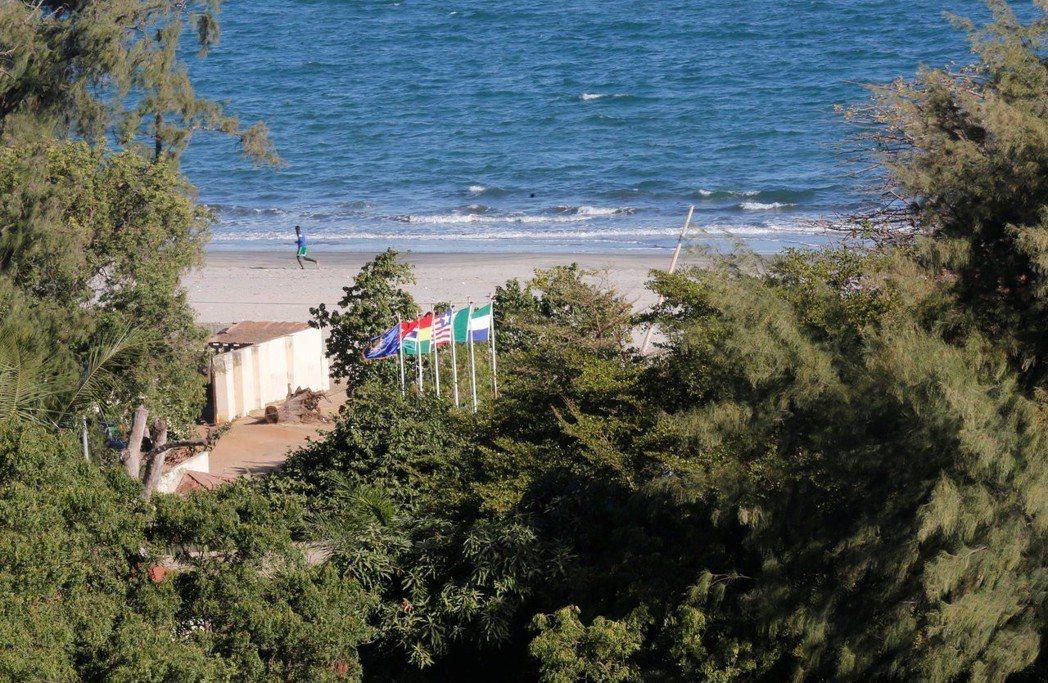 甘比亞計畫大規模造林,防止土壤進一步遭侵蝕與劣化。圖為甘比亞首都班竹海灘的樹林。...