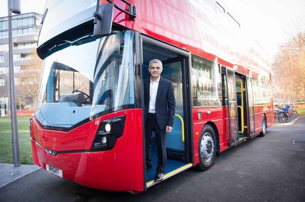 倫敦市長卡恩在2016年11月30日向媒體介紹全球首輛氫能雙層巴士。 (美聯社)
