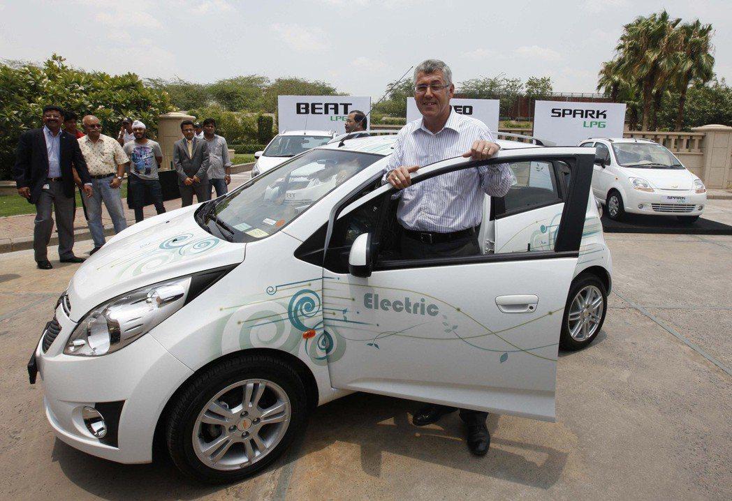 通用汽車印度分公司總裁林思愷2011年在新德里推廣電動車。 (美聯社)