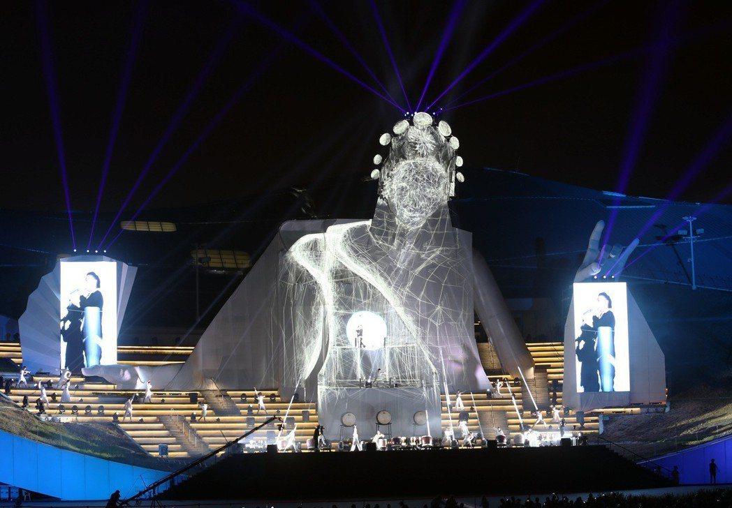 高雄衛武營藝文中心正式啟用,戶外廣場開幕表演一座歌仔戲花旦巨大投影十分吸睛。記者...