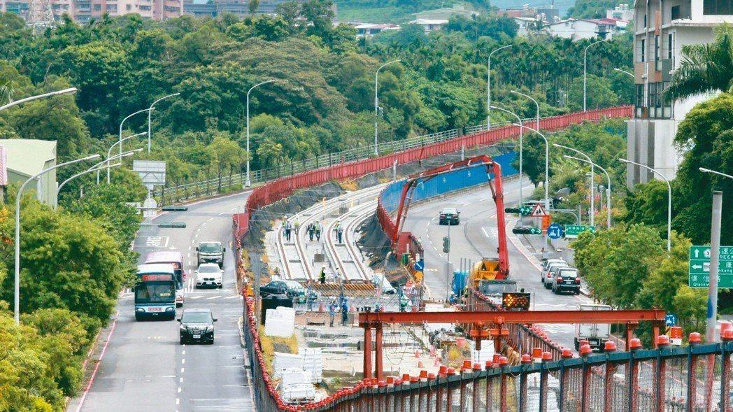 「安坑輕軌」如火如荼興建中,未來將連結大台北捷運系統,聯外交通機能大幅提升。 記...
