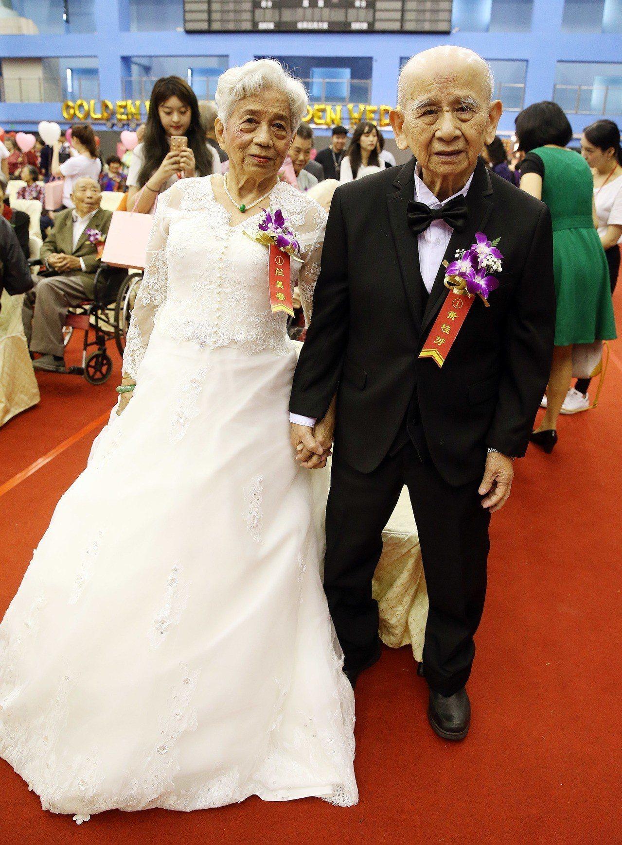 台北市政府13日特別在重陽節前夕舉行107年金婚夫妻表揚,黃桂芳(右)、莊美鑾(...